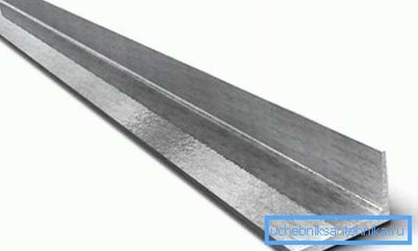 Использовав для ножек уголок, вы избежите попадания земли внутрь профильной трубы