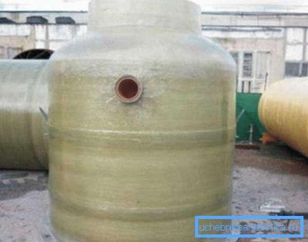 Из стеклопластика часто изготавливают большие установки, которыми производится очистка канализации от жира на крупных предприятиях