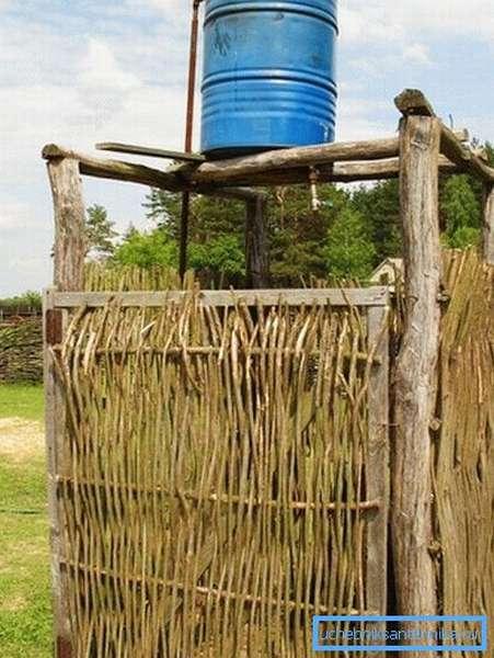Изготавливаем душ на даче из подручных материалов