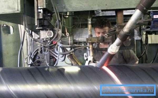 Изготовление продукции с витым швом также довольно популярно, но в последнее время от подобной технологии стали отказываться из-за нерентабельности производства