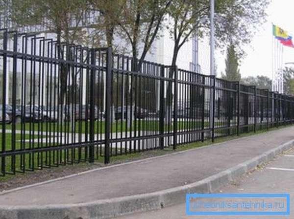 Изящная ограда из квадратных и прямоугольных профилей из антикоррозийной стали
