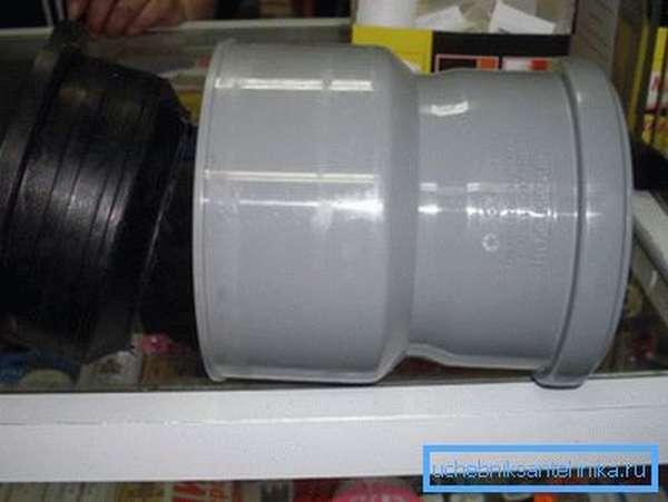 К переходнику с чугуна на пластик обязательно должно прилагаться резиновое кольцо, которое устанавливается внутрь