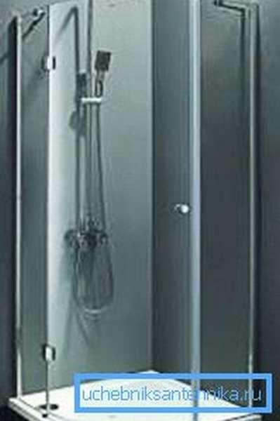Кабинки без крыш, как правило, обустроены исключительно одним душем