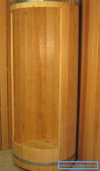 Кабинки из лиственницы устойчивы к влаге, поэтому этот материал так популярен при изготовлении душевых кабин