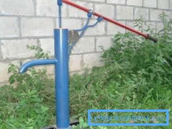 Как качать воду из скважины без электричества при помощи бытового штангового насоса