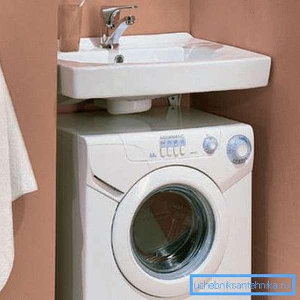 Как может быть установлена стиральная машина под мойку в ванной