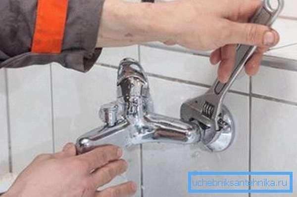 Как отремонтировать кран на кухне настенного типа