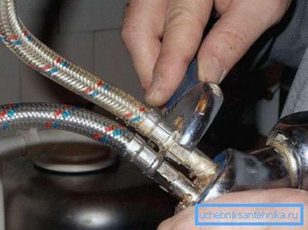 Как поменять подводку к смесителю сильфонного типа самостоятельно