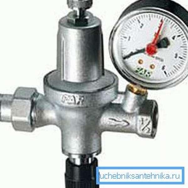 Как понизить давление в водопроводе -установите редуктор, он также позволяет контролировать показатели, ведь на нем установлен манометр