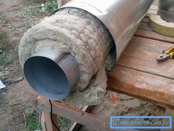 Как видим, вата нуждается в дополнительной защите от влаги, и утеплитель для канализационной трубы 110 здесь не исключение.