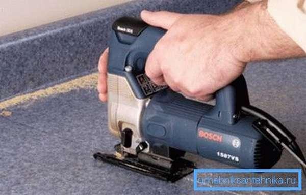 Как вырезать столешницу под мойку с помощью электролобзика