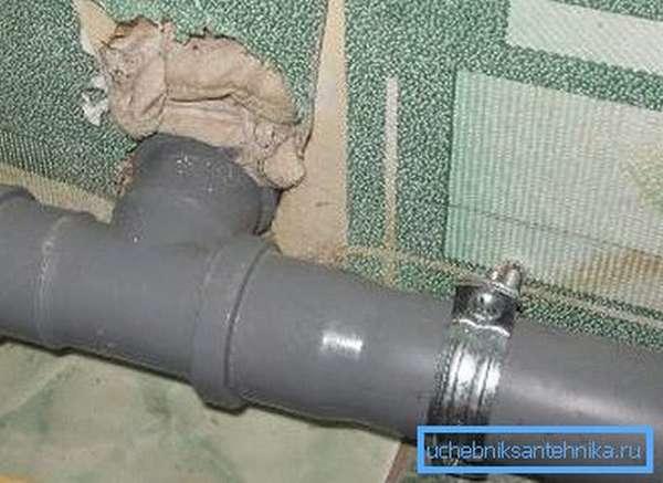 Канализационная труба, закрепленная с помощью хомута