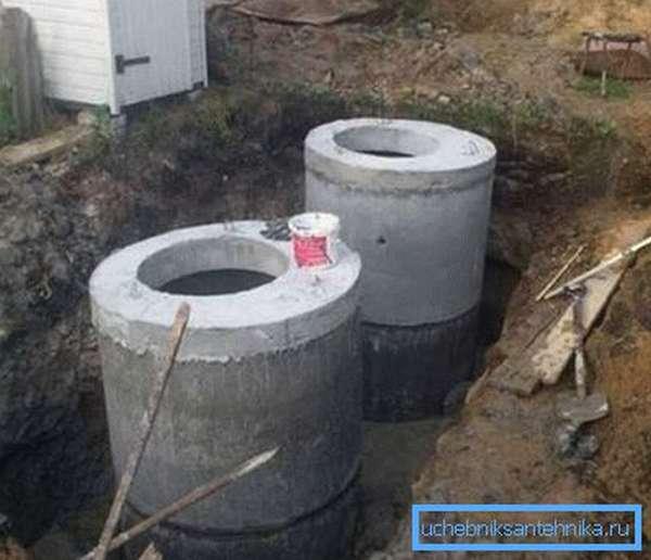 Канализационные бетонные колодцы на стадии завершения
