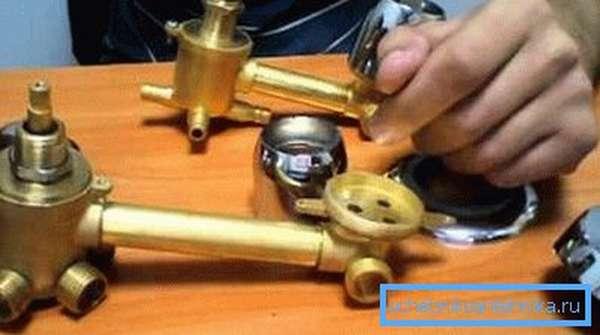 Картриджи смесителей для душевых кабин применяют для переключения режимов и подачи воды определенной температуры