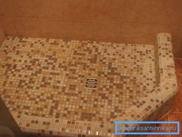 Керамическая плитка – идеальный вариант для обустройства напольного покрытия в душевой комнате