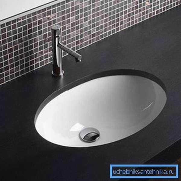 Керамический умывальник встраиваемый в столешницу в ванной комнате