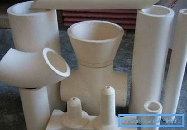 Керамика прекрасно подходит для проведения трубопровода в загородном доме и квартире