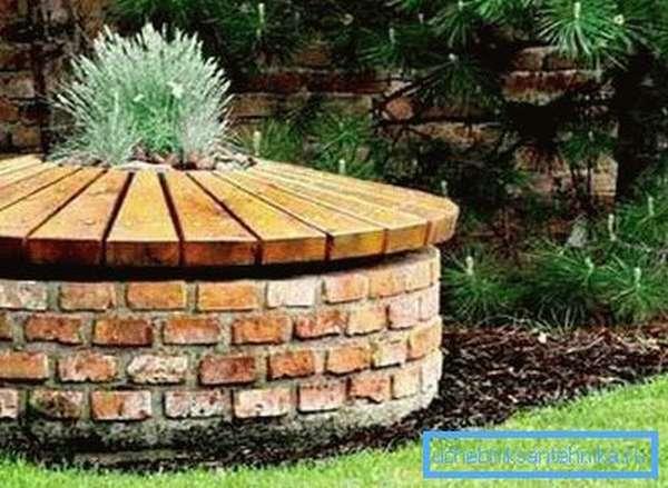 Кирпич отлично сочетается с массивными деревянными элементами
