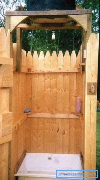 Классический деревянный садовый душ.