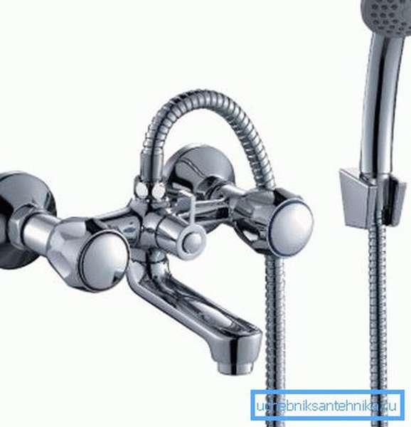 Классический смеситель для ванны с коротким поворотным изливом