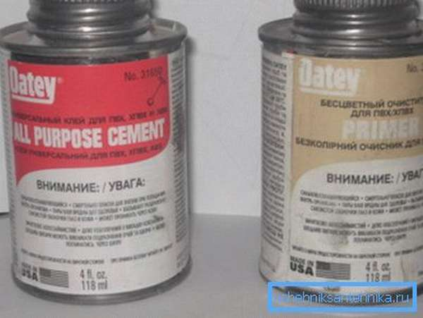Клей и очиститель для работы с полипропиленовыми продуктами продается в герметичной таре, которая препятствует доступу света