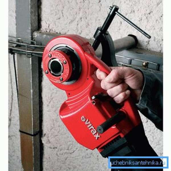 Клупп для нарезки труб, оснащённый электроприводом