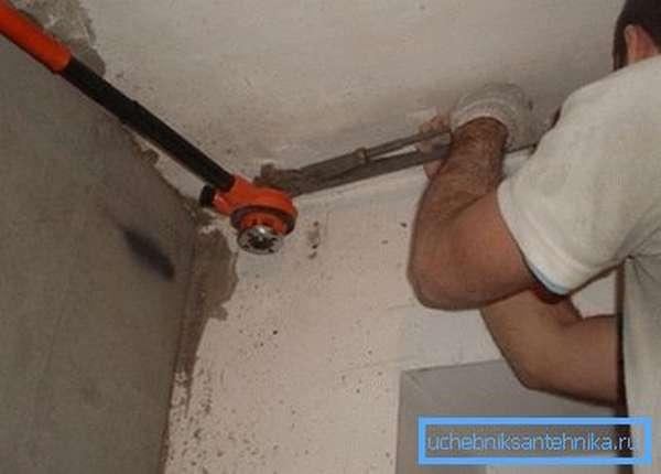 Ключ удерживает трубу, не давая ей провернуться и оторваться от соседского радиатора.