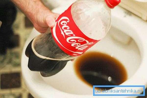 Кока-кола чистит унитаз не хуже многих бюджетных средств
