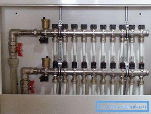 Коллектор для отвода труб от стояков.