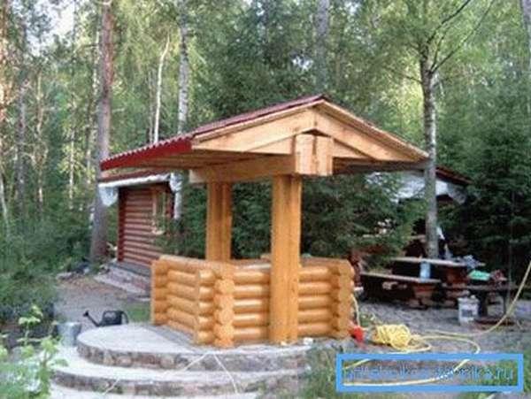 Колодец из дерева для водопровода.