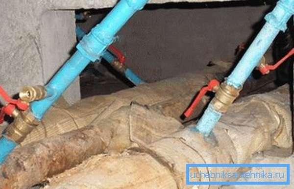 Коммуникации и запорная арматура в подвале нуждаются в обслуживании.