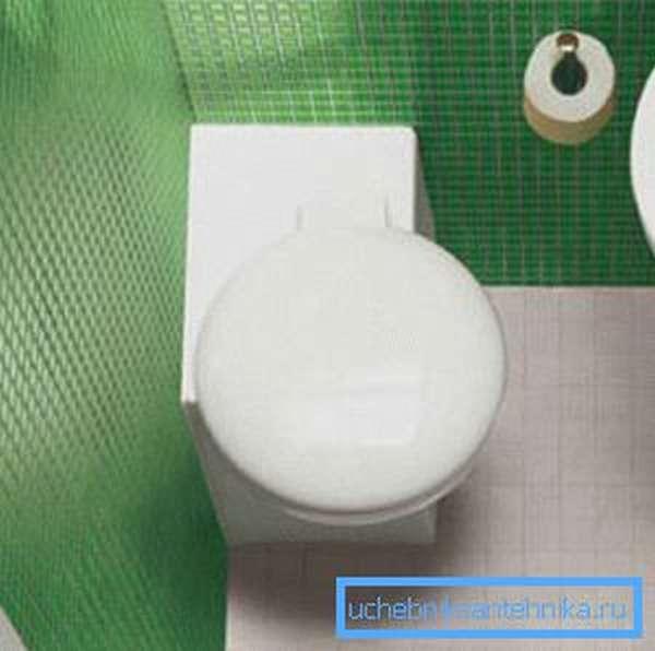 Компактные унитазы могут размещаться в углу комнаты