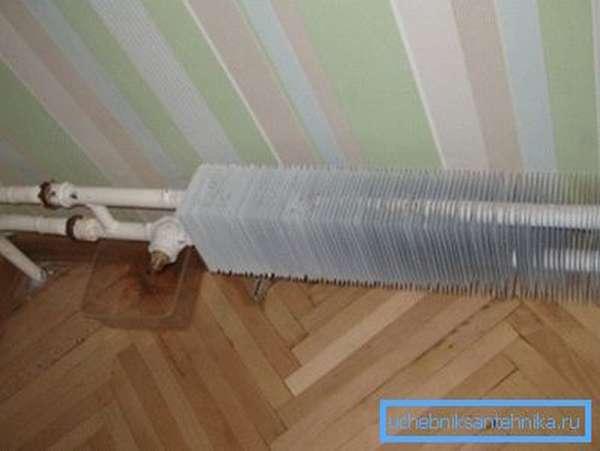 Компактный конвектор не прогреет сколь-нибудь большое помещение даже при высокой температуре теплоносителя.
