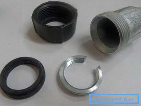 Компрессионный переходник с трубы диаметром 1/2 дюйма на трубную резьбу того же диаметра.