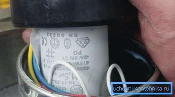 Конденсатор и провода располагаются под верхней крышкой насоса