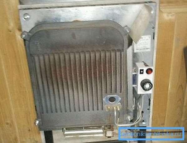 Конвектор с демонтированным защитным кожухом