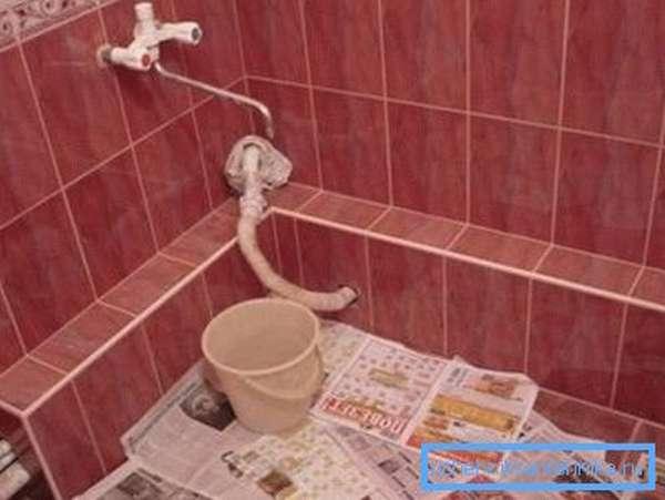 Короб для труб придает ванной комнате законченный и эстетичный вид