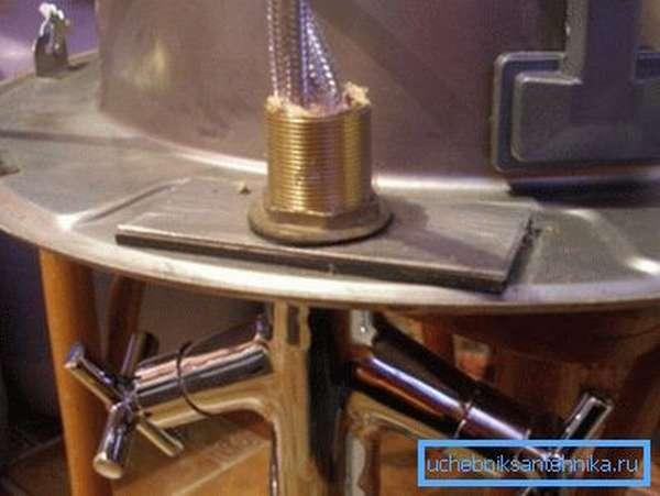 Кран аккуратно фиксируется с обратной стороны раковины