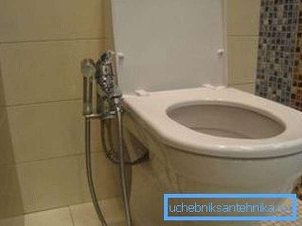 Кран для биде с душем позволяет регулировать температуру воды