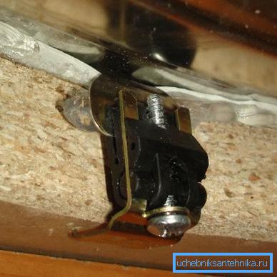 Крепежный элемент для врезной раковины.