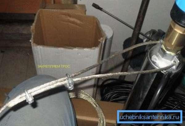 Крепление троса к корпусу скважинного насоса.