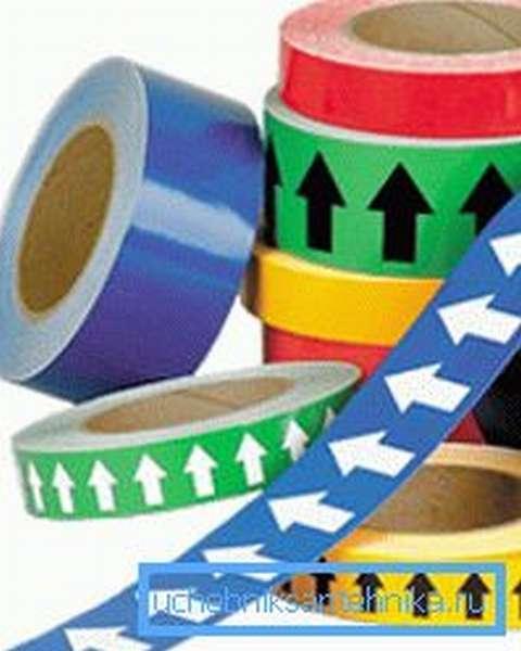 Кроме вышеописанной окраски к опасным веществам применяют маркировку кольцами, часто с указанием направления движения среды и ее состава.