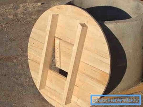 Круглая деревянная крышка колодезная с люком