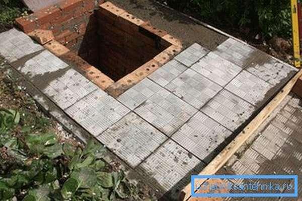 Крышка из бетона выложена плиткой