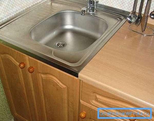 Кухонный шкаф с мойкой накладного типа
