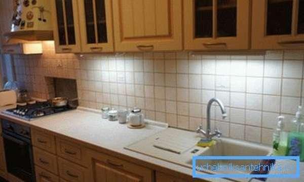 Квадрат мойки отлично вписывается в размеры столешницы и соответствует габаритам плиты, что вместе образует практически ровную полосу кухонного интерьера