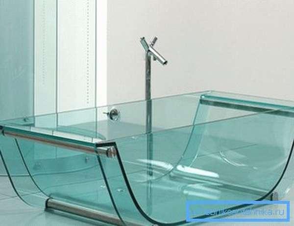 Лёгкость и прозрачность стекла наполняют ванную светом