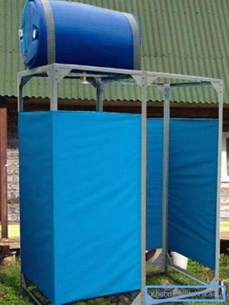 Летний душ с пластиковой бочкой для воды