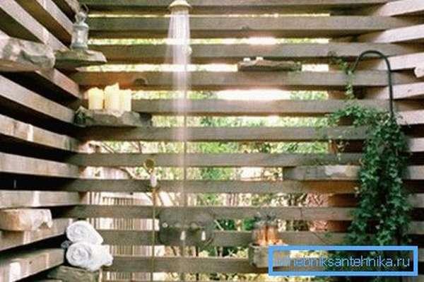 Летний душ со сборными стенками из доски.