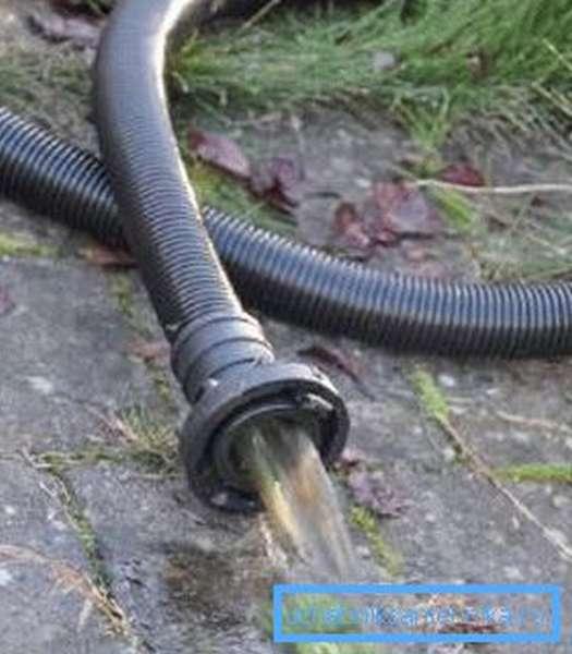 Лучше взять длинный шланг и отвести воду на значительное расстояние от источника